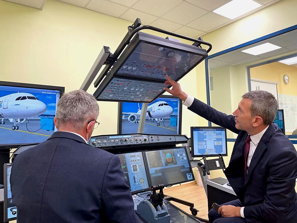 Министър Георги Тодоров посети центъра за обучение на пилоти в София